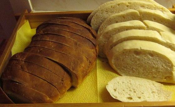 Till vänster Addes surdegsbröd och till höger Addes lantbröd.